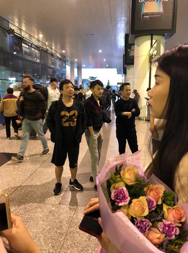 Huyền thoại AoE Trung Quốc Shenlong tranh thủ tự sướng với Hotgirl Việt ngay khi vừa đặt chân tới Nội Bài - Ảnh 1.