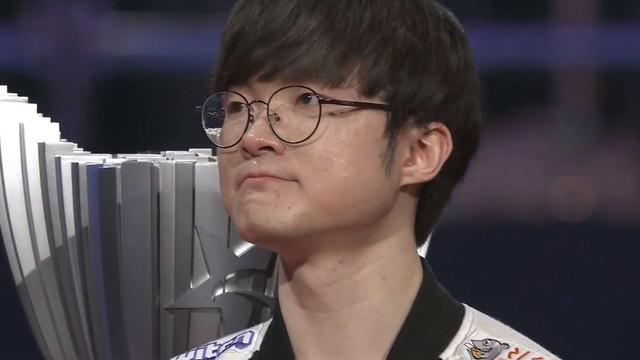 LMHT: Faker gần như òa khóc sau chiến thắng: Em nhớ đồng đội cũ, em thấy có lỗi vì không thể cùng các cậu ấy vô địch - Ảnh 3.