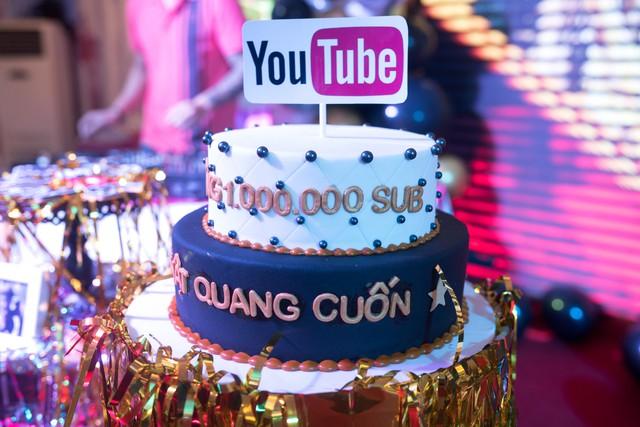 Quang Cuốn đón sinh nhật hoành tráng mừng 1 triệu Sub Youtube bên gia đình và dàn khách mời siêu khủng - Ảnh 2.