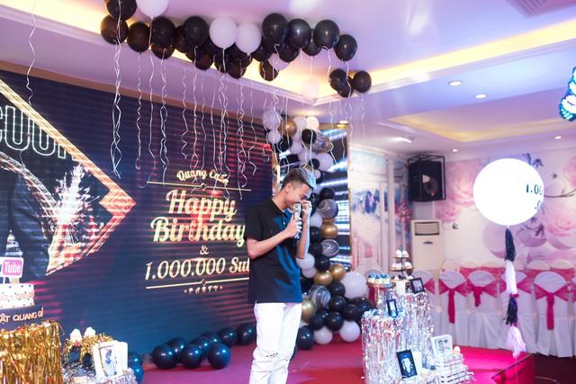 Quang Cuốn đón sinh nhật hoành tráng mừng 1 triệu Sub Youtube bên gia đình và dàn khách mời siêu khủng - Ảnh 5.