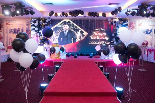 Quang Cuốn đón sinh nhật hoành tráng mừng 1 triệu Sub Youtube bên gia đình và dàn khách mời siêu khủng - Ảnh 3.