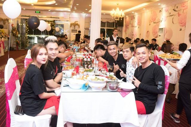 Quang Cuốn đón sinh nhật hoành tráng mừng 1 triệu Sub Youtube bên gia đình và dàn khách mời siêu khủng - Ảnh 16.