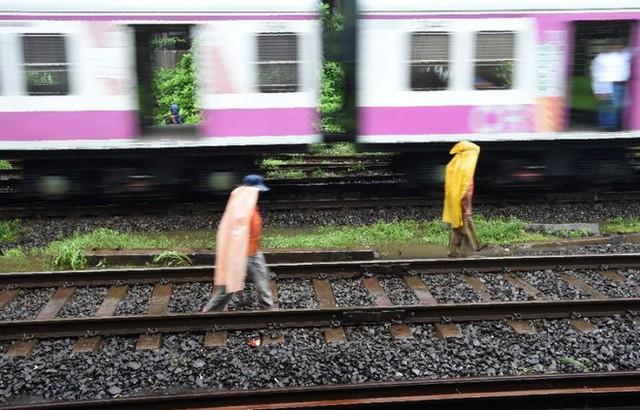 3 thanh niên Ấn Độ bị tàu hỏa cán chỉ vì mải mê... tự sướng - Ảnh 1.