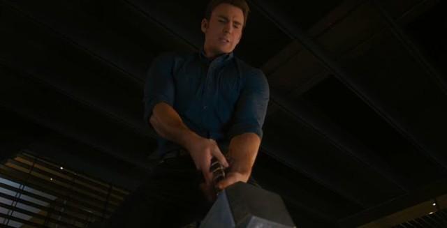 Sự thật gây sốc: Trong Age of Ultron thì Captain America đã có thể nhấc búa Mjolnir nhưng lại không làm vì sợ Thor buồn - Ảnh 1.