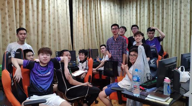 LMHT: Game thủ đến từ Hà Nội bơ vơ vì VCS bị hoãn, GAM lập tức mời về thăm Gaming House để bù đắp - Ảnh 1.