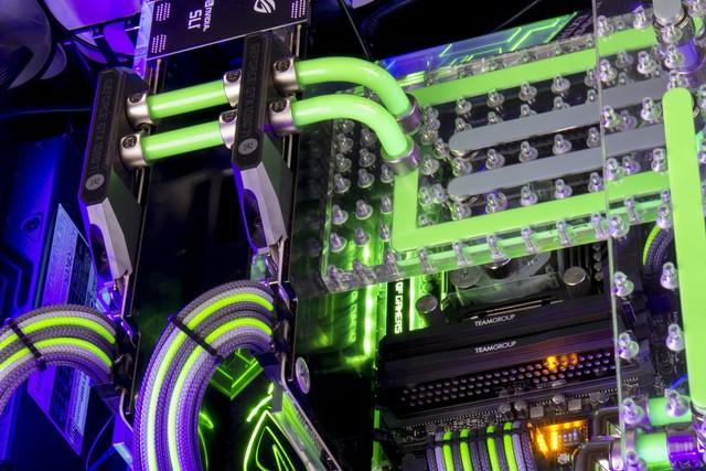 Chiếc PC chiến game kèm bàn với tản nhiệt nước đẹp ngất ngây này có giá 350 triệu đồng - ngang 1 chiếc xe ô tô - Ảnh 2.
