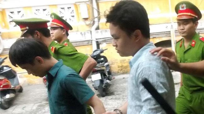 Nguyễn Quốc Đạt (trái) và Nguyễn Đình Thuần sau khi bị tòa tuyên phạt án tù - Ảnh: C.MAI