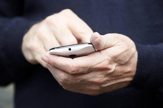 """Chủ tịch Google """"khoe"""" điện thoại bí ẩn Motorola X"""