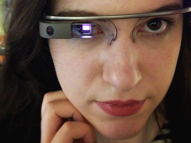 """Chip xử lý và linh kiện LCoS tạo nên """"màn hình"""" cho Google Glass."""