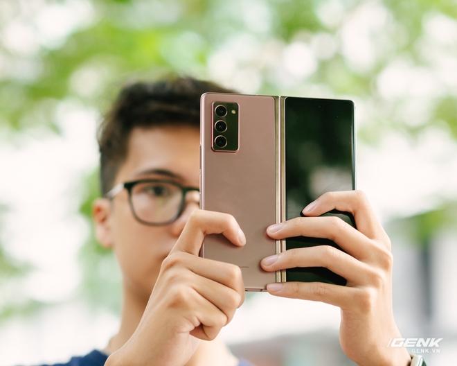 Trải nghiệm Samsung Galaxy Z Fold2: Người giàu không chơi game? - Ảnh 1.