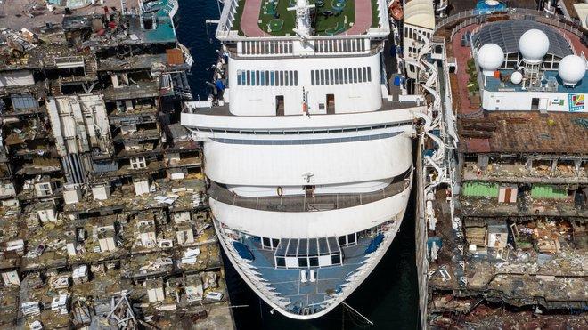 Gặp hạn vì Covid-19, các du thuyền trăm triệu USD bị rã xác bán sắt vụn - Ảnh 2.