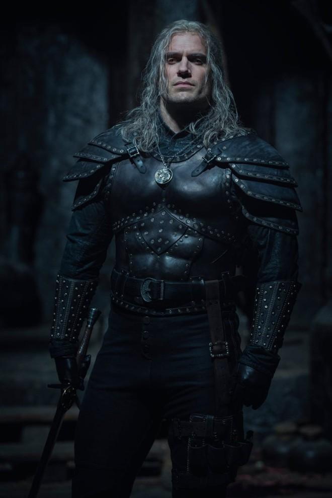Những hình ảnh đầu tiên của The Witcher mùa 2 lộ diện: Ciri đã đến Kaer Morhen, Geralt vẫn ngầu như cũ nhưng sao Yennefer lại xụi lơ thế này? - Ảnh 1.