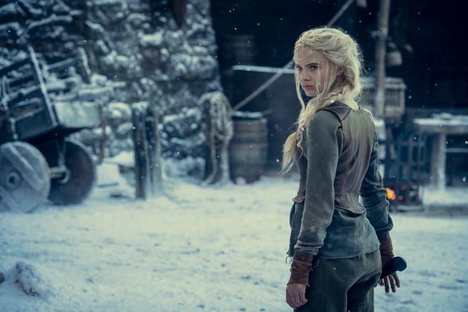 Những hình ảnh đầu tiên của The Witcher mùa 2 lộ diện: Ciri đã đến Kaer Morhen, Geralt vẫn ngầu như cũ nhưng sao Yennefer lại xụi lơ thế này? - Ảnh 3.