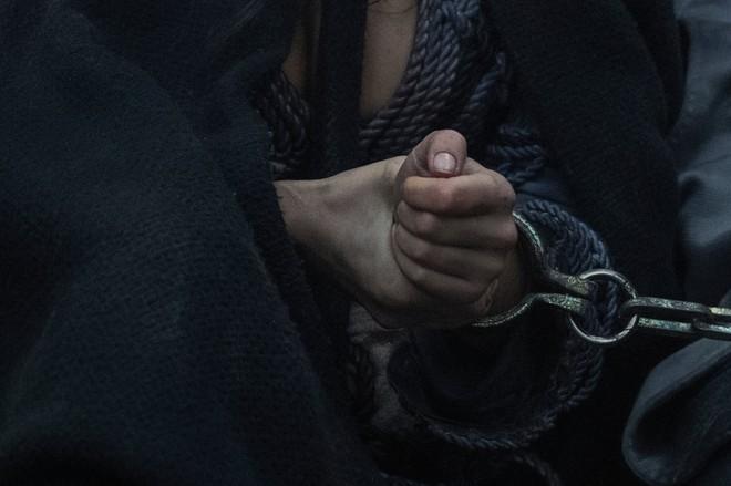 Những hình ảnh đầu tiên của The Witcher mùa 2 lộ diện: Ciri đã đến Kaer Morhen, Geralt vẫn ngầu như cũ nhưng sao Yennefer lại xụi lơ thế này? - Ảnh 6.