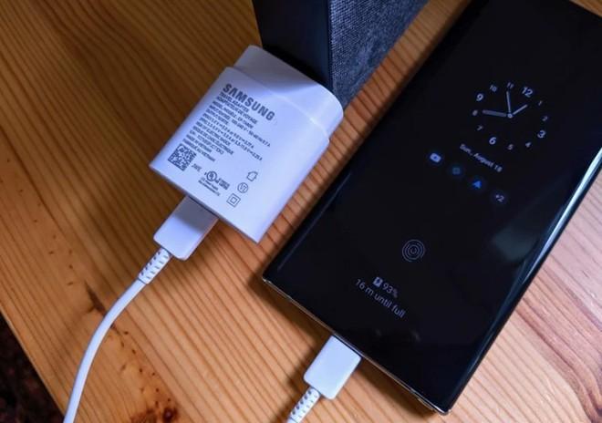 Bây giờ chưa phải là lúc Samsung giảm giá thành bằng cách bỏ đi cục sạc tặng kèm hộp máy Galaxy - Ảnh 1.