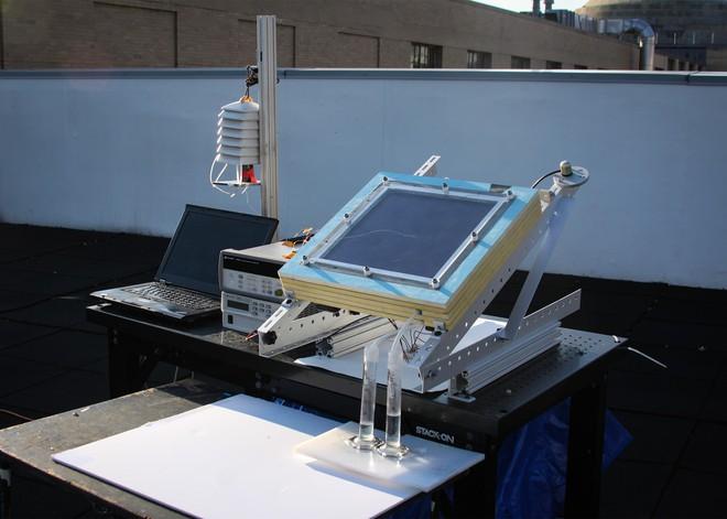 Sử dụng năng lượng Mặt Trời, thiết bị này lấy được nước từ không khí khô hanh như sa mạc - Ảnh 1.