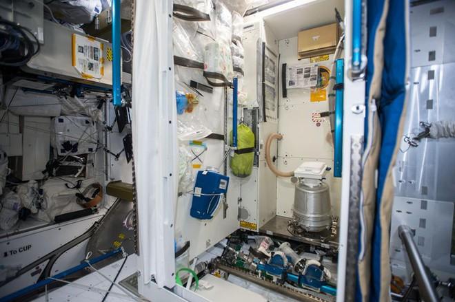 Sau hơn 60 năm, cuối cùng thì NASA cũng làm được một cái toilet nữ ngoài vũ trụ - Ảnh 2.