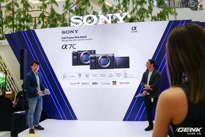 Máy ảnh thay ống kính Full Frame nhỏ nhất của Sony chính thức bán ra tại thị trường Việt Nam, giá 41,99 triệu đồng cho thân máy - Ảnh 1.