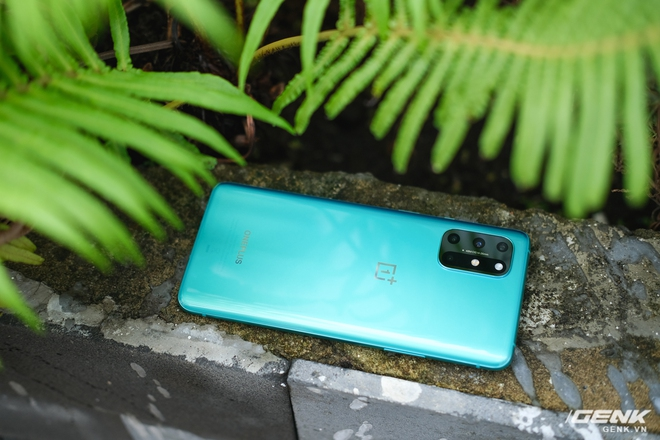 Ảnh thực tế OnePlus 8T tại Việt Nam: Bản cắt giảm nhẹ từ OnePlus 8 Pro, cấu hình gần như giữ nguyên, được kèm sạc siêu nhanh 65W, giá 18,99 triệu đồng - Ảnh 1.