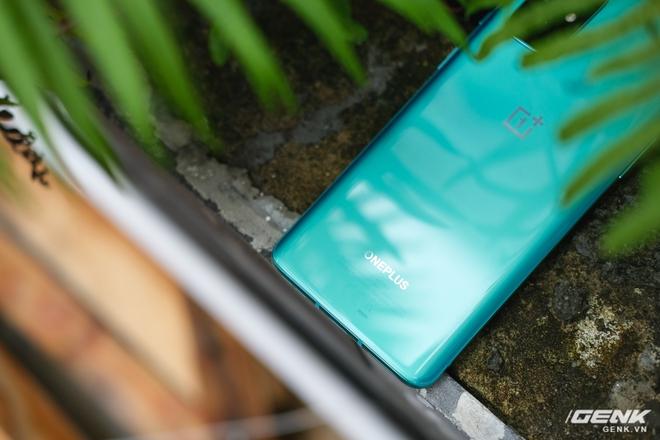 Ảnh thực tế OnePlus 8T tại Việt Nam: Bản cắt giảm nhẹ từ OnePlus 8 Pro, cấu hình gần như giữ nguyên, được kèm sạc siêu nhanh 65W, giá 18,99 triệu đồng - Ảnh 2.