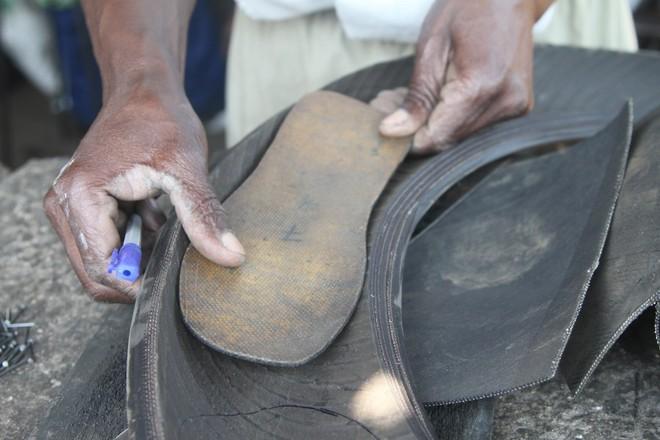 Nghệ nhân Zimbabwea biến lốp xe hơi cũ thành những đôi dép độc đáo - Ảnh 1.