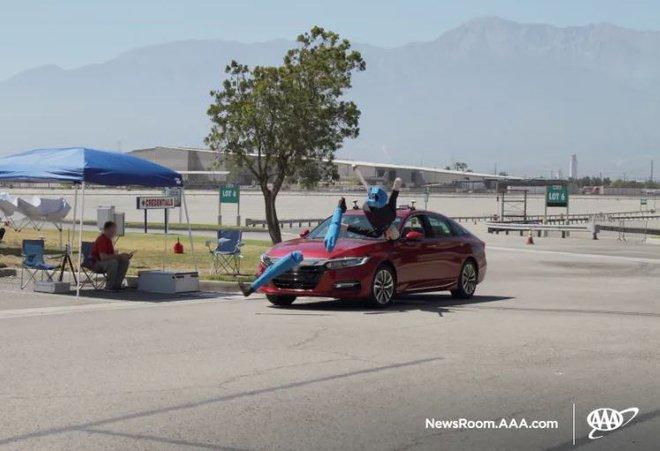 Xe điện Tesla hất tung người đi bộ lên nóc capo trong thử nghiệm hiện trường - Ảnh 2.