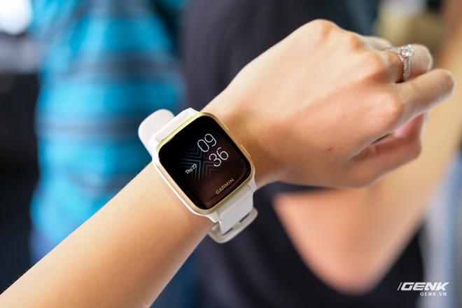 Cận cảnh smartwatch Garmin Venu Sq: Nhỏ nhắn, nhẹ đến nỗi đeo như không đeo, 20 chế độ luyện tập thể thao, đo được nồng độ Oxy trong máu, giá bằng 1 nửa bản Venu gốc - Ảnh 1.