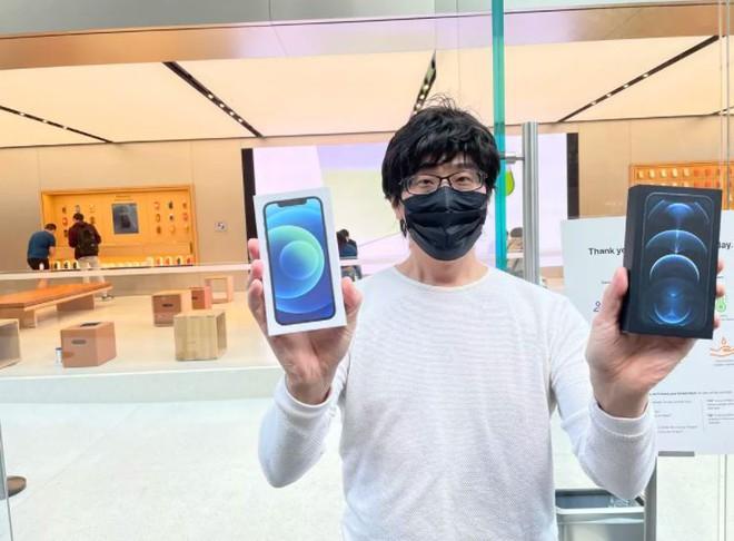 Dân tình vẫn xếp hàng dài chờ mua iPhone 12 bất chấp COVID-19 - Ảnh 1.