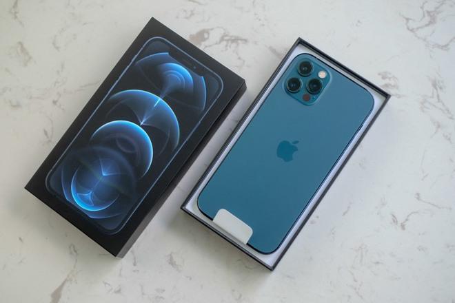 iPhone 12 Pro phiên bản màu xanh về Việt Nam mấy ngày trước. (Ảnh: N.T)