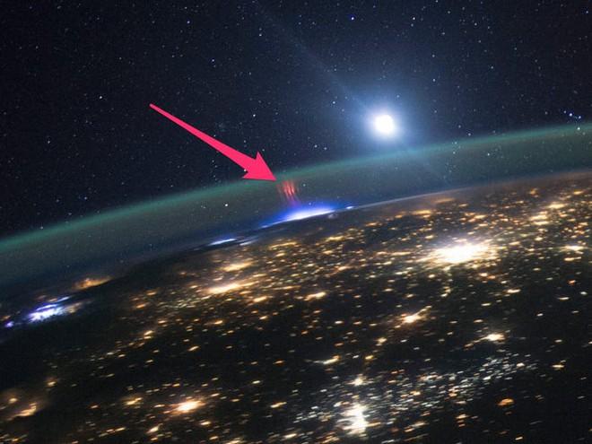 Lần đầu tiên, tàu Juno của NASA chụp được loạt hiện tượng phóng điện màu xanh/hồng trên Sao Mộc - Ảnh 2.