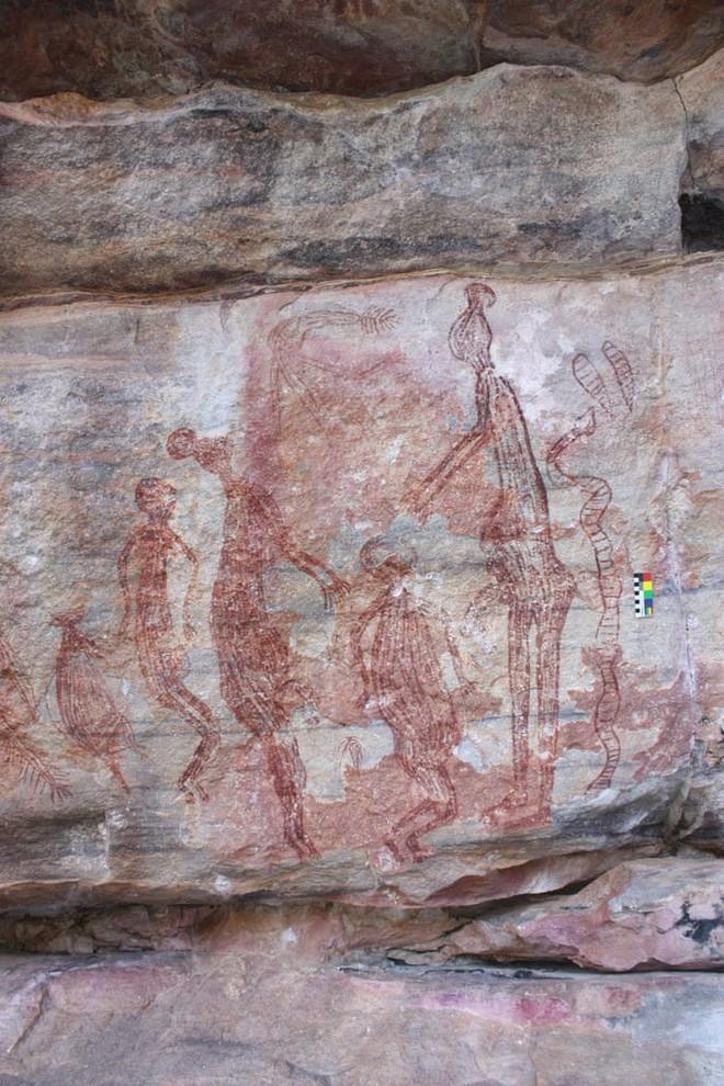 Những bức vẽ khổng lồ trên đá tiết lộ cuộc sống của thổ dân Australia gần 10.000 năm trước - Ảnh 4.