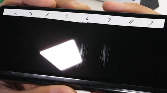 Tra tấn Galaxy Z Fold2: Màn hình vẫn dễ xước, nhưng bản lề và khung viền được nâng cấp bền hơn - Ảnh 3.
