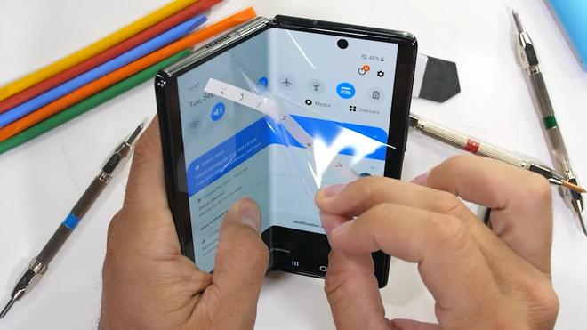 Tra tấn Galaxy Z Fold2: Màn hình vẫn dễ xước, nhưng bản lề và khung viền được nâng cấp bền hơn - Ảnh 2.