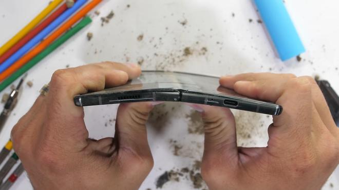 Tra tấn Galaxy Z Fold2: Màn hình vẫn dễ xước, nhưng bản lề và khung viền được nâng cấp bền hơn - Ảnh 7.