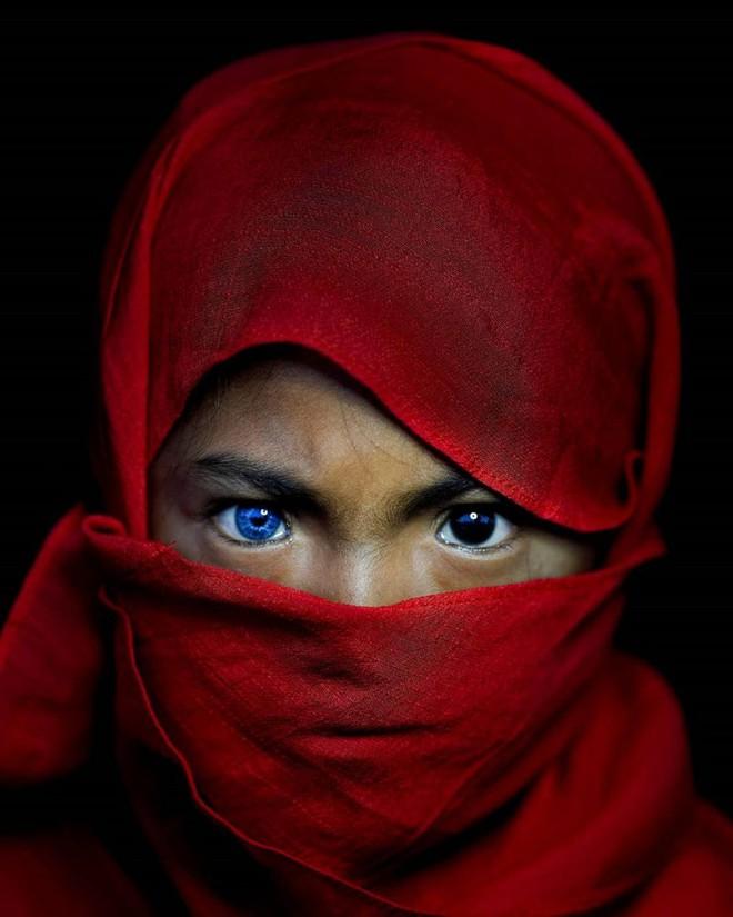 Hội chứng di truyền kỳ lạ khiến cho các thành viên trong bộ tộc bản địa Indonesia sở hữu màu mắt xanh hiếm thấy - Ảnh 3.