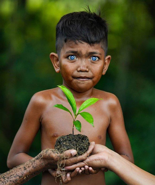 Hội chứng di truyền kỳ lạ khiến cho các thành viên trong bộ tộc bản địa Indonesia sở hữu màu mắt xanh hiếm thấy - Ảnh 2.
