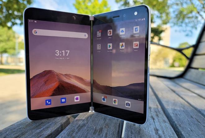 Giá tới cả ngàn đô nhưng Surface Duo liên tục gặp lỗi, lần này là lỗi thiết kế khiến việc đóng mở gặp khó khăn - Ảnh 1.