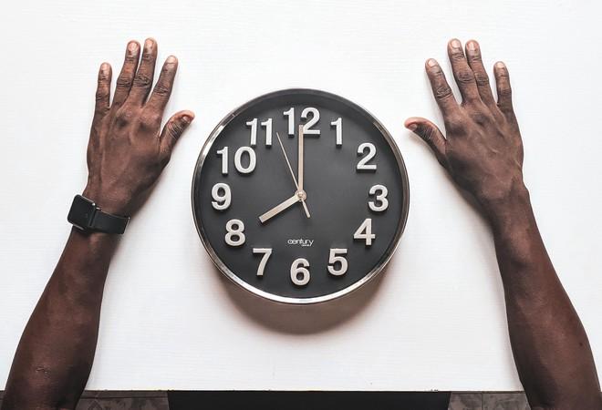 Tại sao đôi khi chúng ta thấy thời gian trôi qua thật nhanh, và ngược lại? - Ảnh 1.