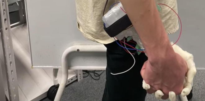 Tay robot giúp thanh niên FA thử cảm giác nắm tay bạn gái: Phát ra tiếng, đổ mồ hôi, mềm ấm như tay thật - Ảnh 2.