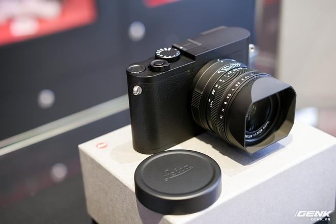 Trên tay Leica Q2 Monochrom đầu tiên tại Việt Nam: Phiên bản chỉ dành cho tín đồ đen trắng, loại bỏ logo chấm đỏ, chi tiết da bọc và lớp sơn được thay đổi, giá 155 triệu đồng - Ảnh 4.