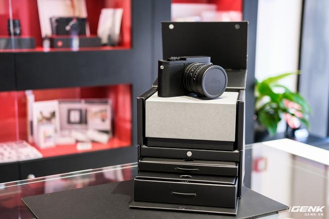 Trên tay Leica Q2 Monochrom đầu tiên tại Việt Nam: Phiên bản chỉ dành cho tín đồ đen trắng, loại bỏ logo chấm đỏ, chi tiết da bọc và lớp sơn được thay đổi, giá 155 triệu đồng - Ảnh 2.