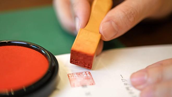 Chuyển đổi số, Nhật Bản loại bỏ sử dụng con dấu trong 99% thủ tục hành chính - Ảnh 1.