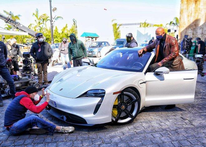 """The Rock """"đô con"""" đến mức không thể ngồi vừa siêu xe Porsche để quay cảnh rượt đuổi trong bom tấn của Netflix - Ảnh 1."""
