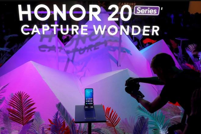 Hậu chia tay Huawei, Honor sẽ phải đối mặt với những thách thức khôn lường sau khi về tay chủ mới - Ảnh 1.