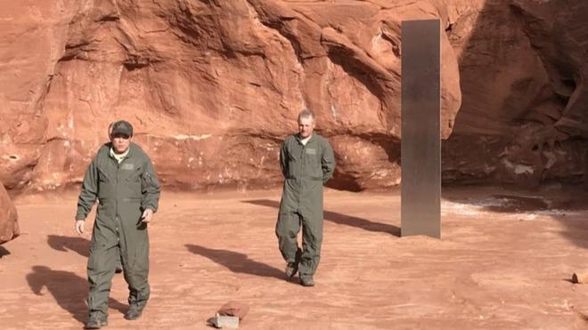 Phát hiện khối kim loại bí ẩn đứng sừng sững ngay giữa sa mạc hoang vu ở Mỹ - Ảnh 2.