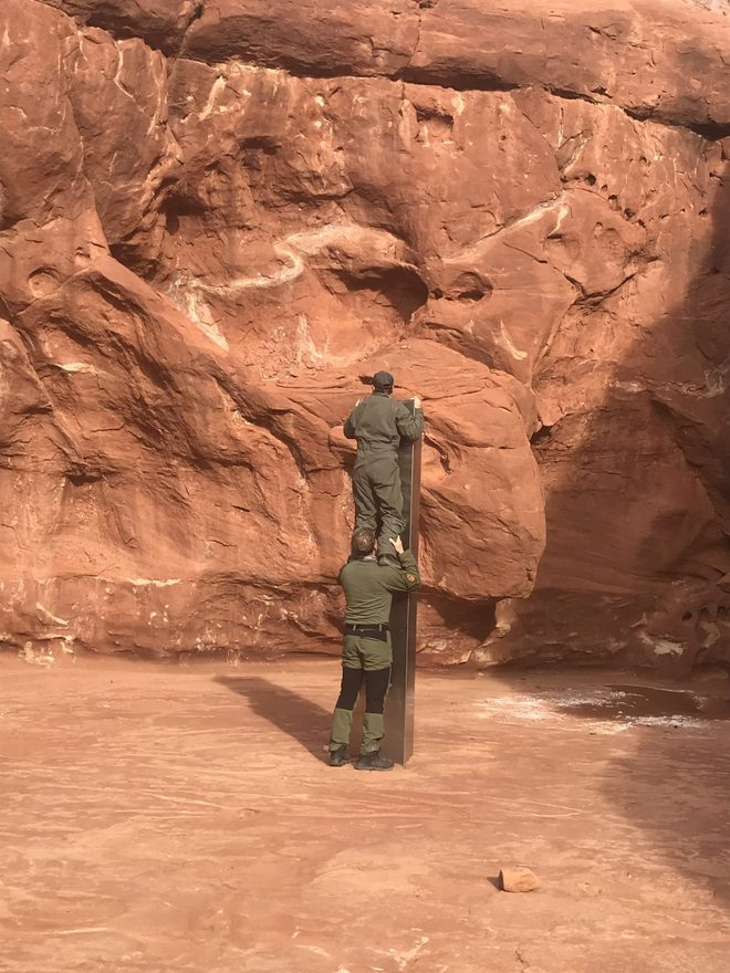 Chỉ sau một ngày, cộng đồng mạng tìm ra vị trí khối kim loại bí ẩn giữa hoang mạc - Ảnh 4.