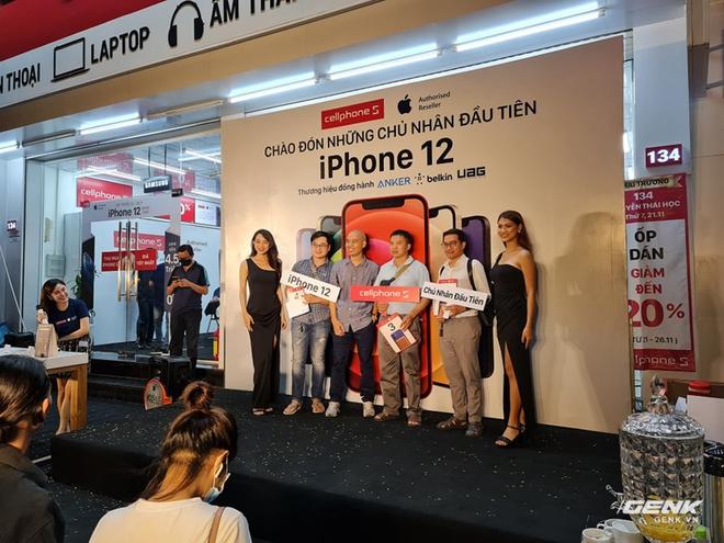iPhone 12 chính hãng mở bán tại VN: Hàng trăm người xếp hàng chờ nhận máy, bản Pro Max vẫn được quan tâm nhất - Ảnh 3.