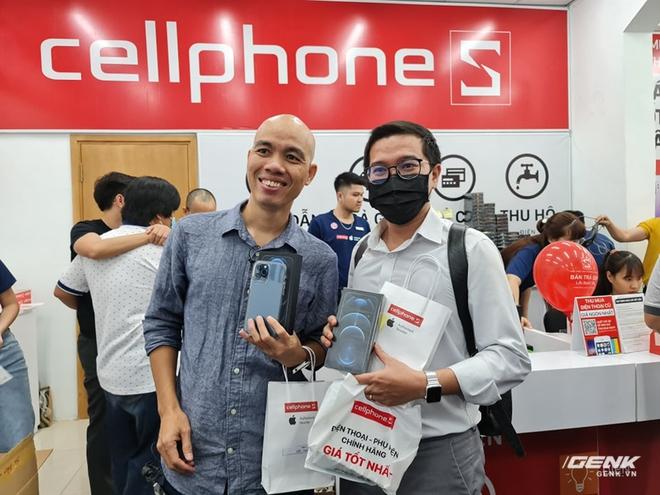 Mở hộp iPhone 12 Pro Max chính hãng VN/A đang khan hiếm hàng trên toàn quốc - Ảnh 2.