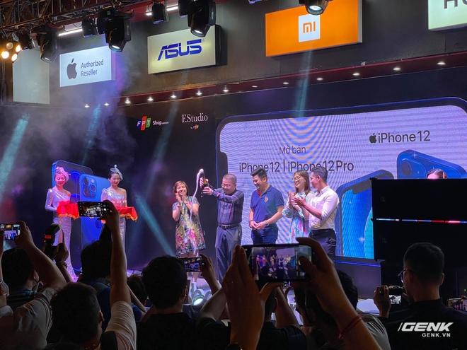 iPhone 12 chính hãng mở bán tại VN: Hàng trăm người xếp hàng chờ nhận máy, bản Pro Max vẫn được quan tâm nhất - Ảnh 2.