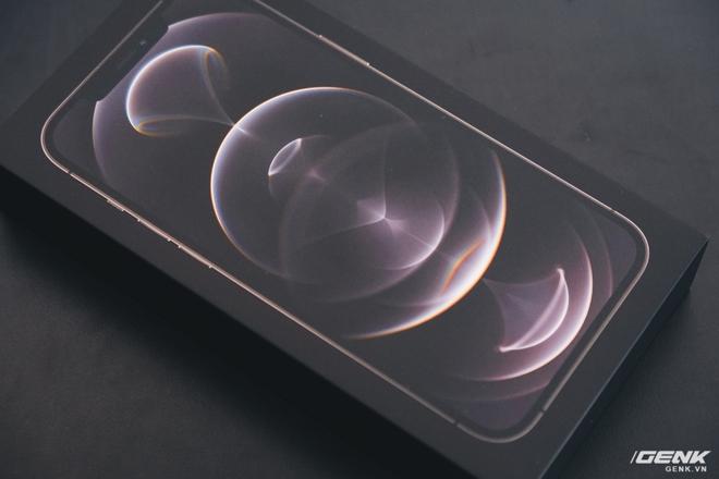 Mở hộp iPhone 12 Pro Max chính hãng VN/A đang khan hiếm hàng trên toàn quốc - Ảnh 4.